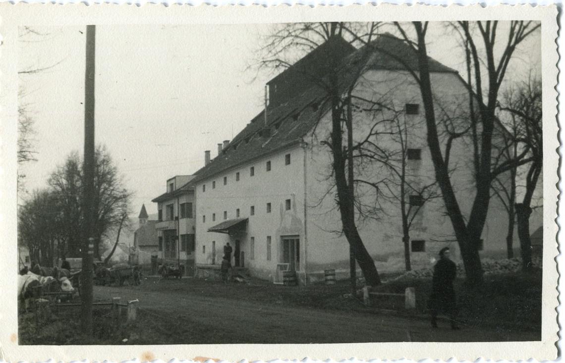 is-0169-povozy-pred-skladistem-1140