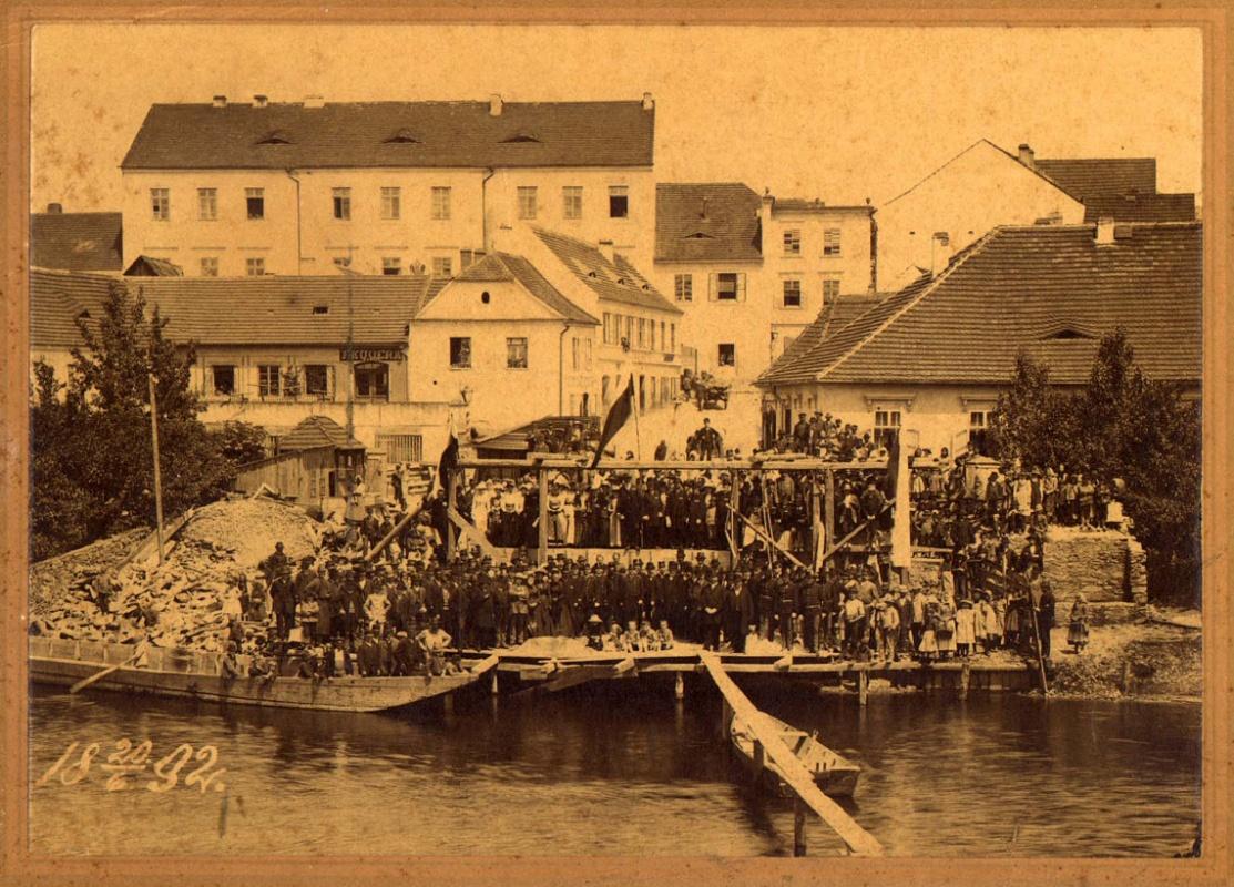 ms-0005-kladeni-zakladniho-kamene-k-zeleznemu-mostu-20-6-1892-1140