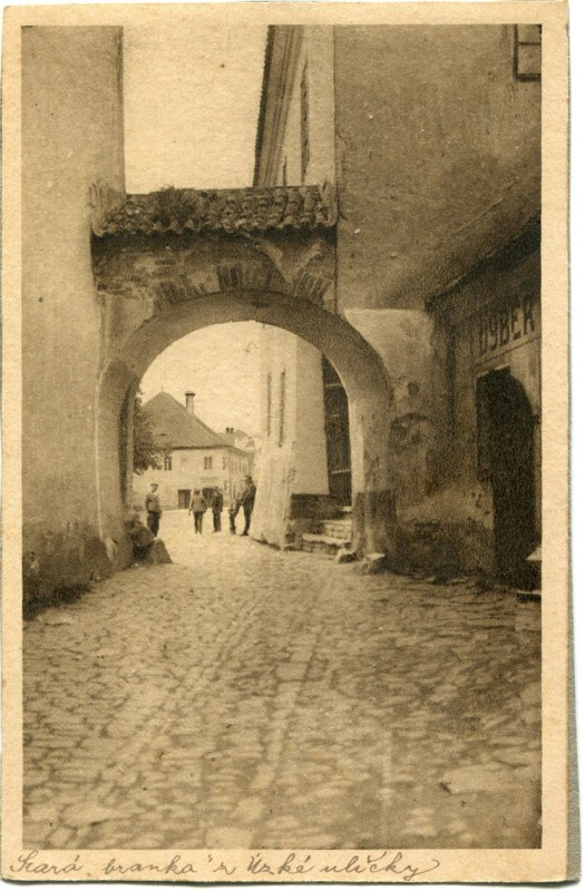 is-0190-stara-branka-z-uzke-ulicky-vyber-1140