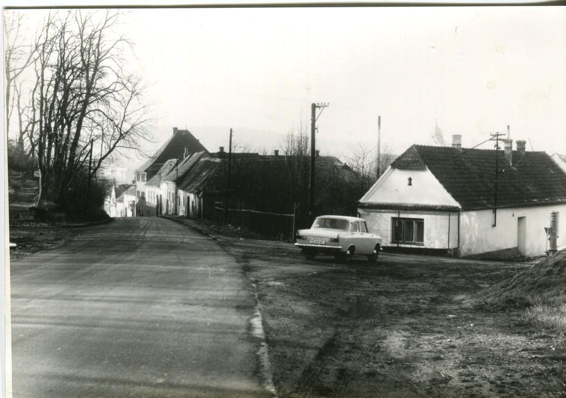 hl-0009-moskvic-brazdi-tynem-ke-hradu-veselska-pumpa-1140