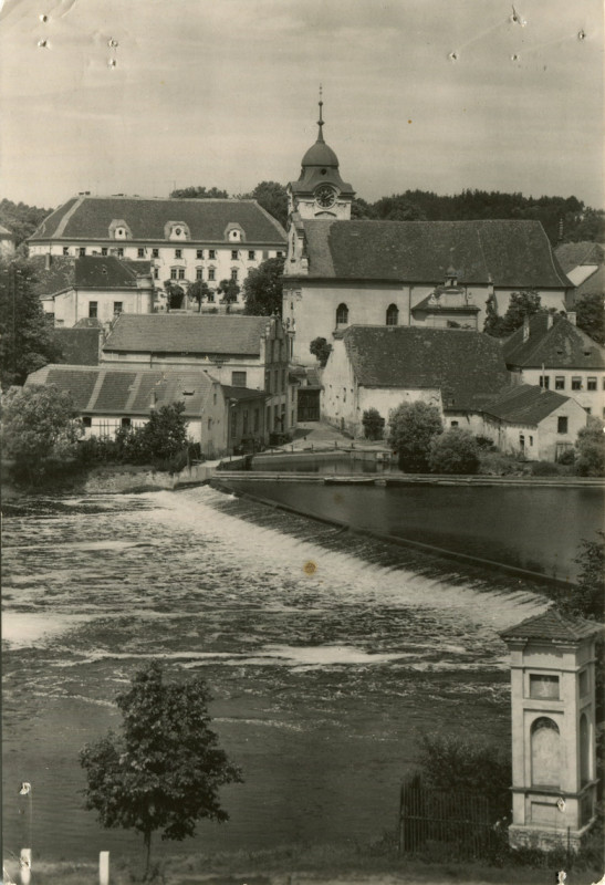 hl-0036-pohled-na-kostel-a-barokni-zamek-1140