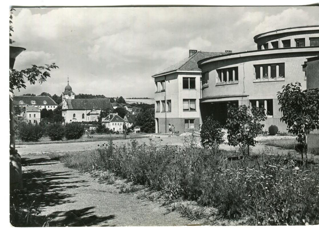 hl-0045-pred-vchodem-do-skoly-1140